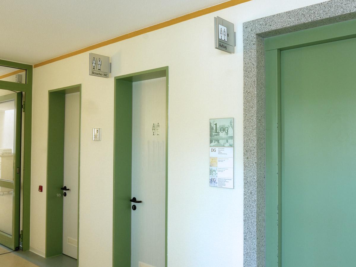 Die Toiletten und Aufzüge wurden mit Fahnenschildern gekennzeichnet