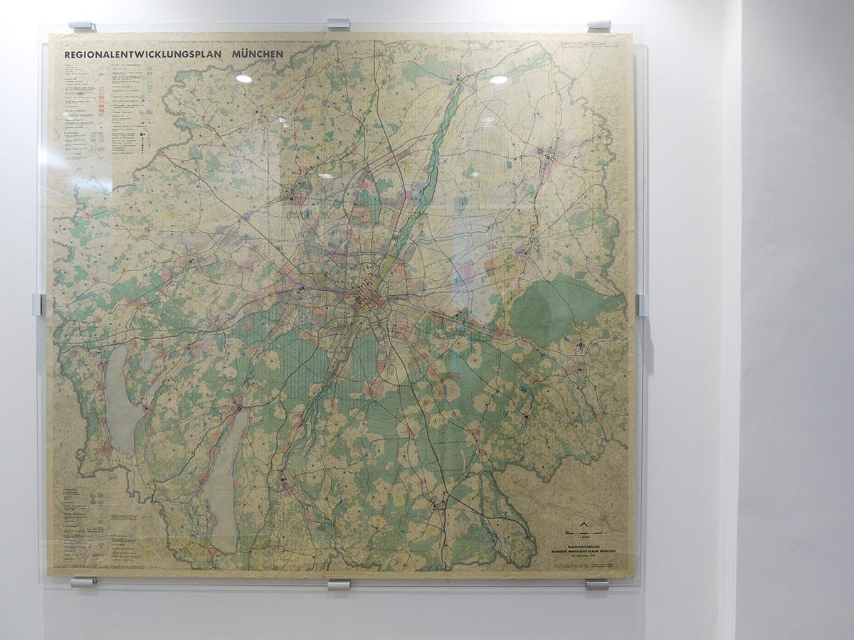 zwischen zwei Glasscheiben gespannt ist die Regionalkarte München