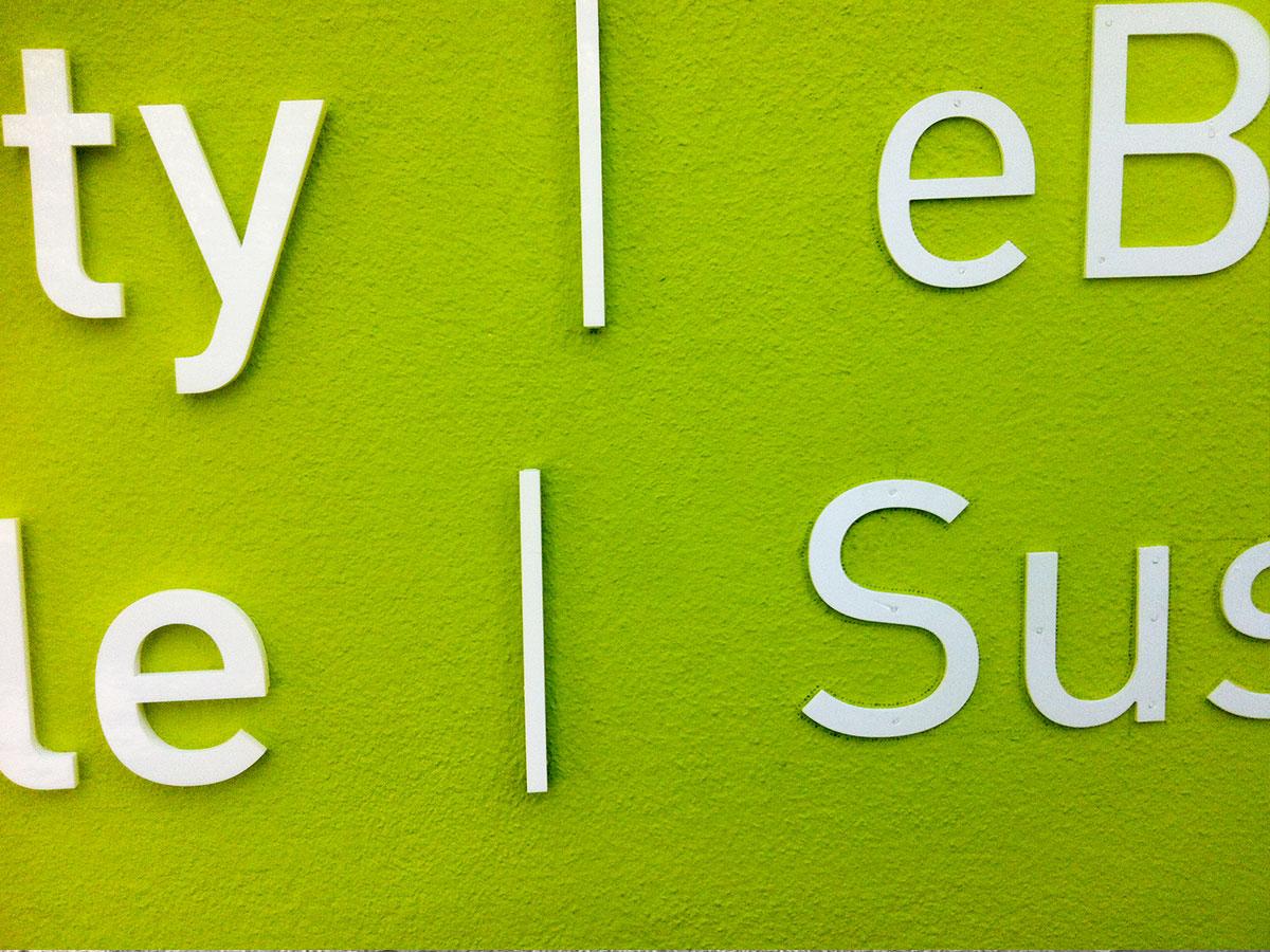 Links: Buchstaben in der Endfassung