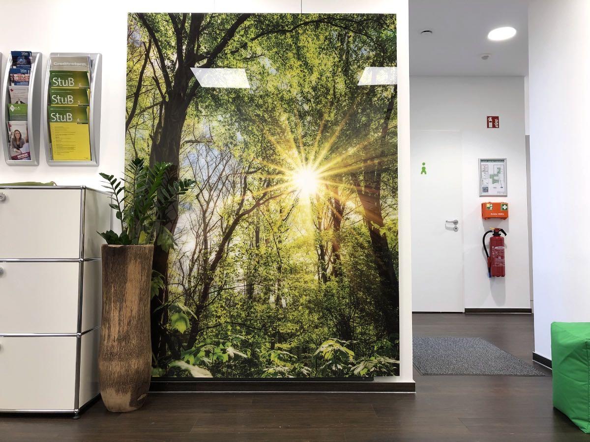 Hinter dem Digitaldruck auf Acrylglas ist ein Verteilerschrank