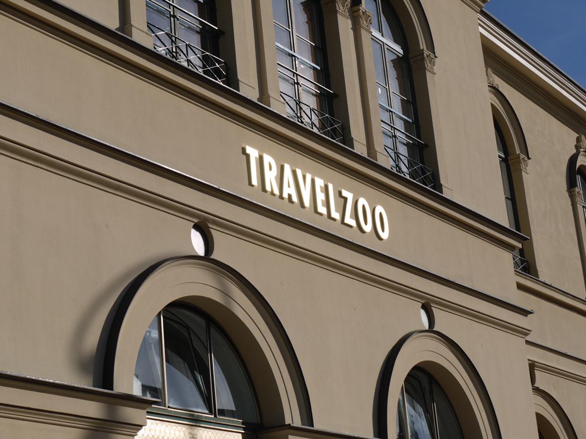 Der »leuchtende« Schriftzug – die vergoldeten Einzelbuchstaben Travelzoo