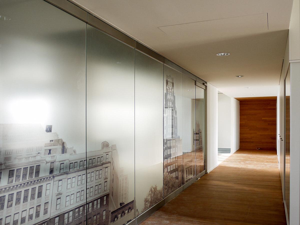 Glastrennwand mit Sichtschutz