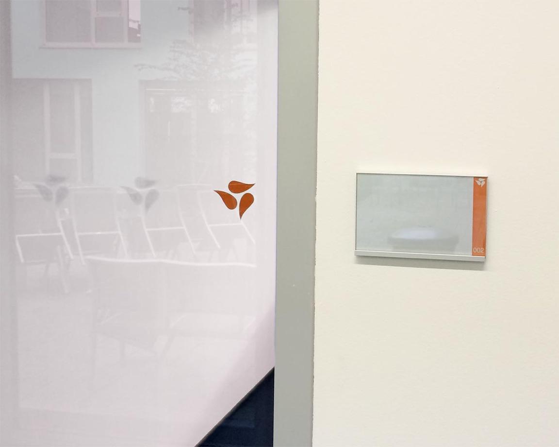 Glastür mit Auflaufschutz Bildmarke Medela - Orange und Sandstrahl-Optik