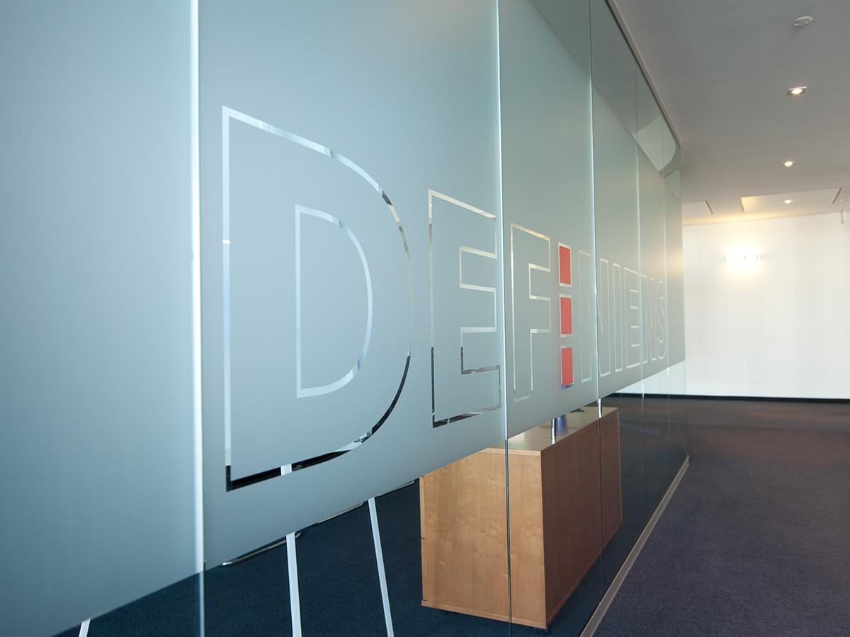 Besprechungsraum mit ausgestanzten Logo
